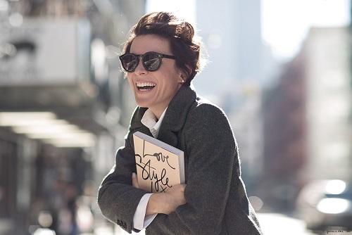 Garance Doré tenant son premier livre
