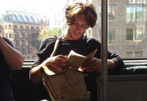 beau lecteur dans le metro