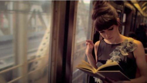lectrice dans le train metro