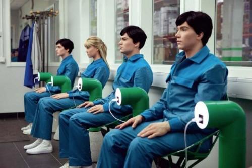 """La série TV """"Real humans"""" avec ses """"castes"""" de travailleurs robotisés serviles à souhait propose une vision pas si éloignée du meilleur des mondes où l'on tente de fabriquer à la chaîne de """"l'humain"""" pré-déterminé..."""
