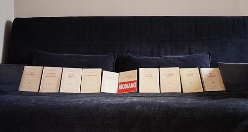 """La collection """"Modiano"""" de Solange sur son célèbre canapé. Elle dit ne pas pouvoir le lire en poche mais uniquement sur """"grandes pages et papier épais"""" !"""