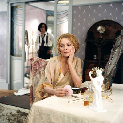Léa (Pfeiffer), maîtresse de Chéri, à sa coiffeuse, au milieu de ses précieuses poudres et perles