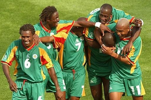 """L'équipe sénégalaise, """"Les lions de Terranga"""", après leur victoire en 2002."""