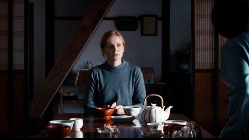 """Isabelle Carré au Japon, interprétant Sarah, dans l'adaptation du roman le cœur régulier"""" (2016)"""