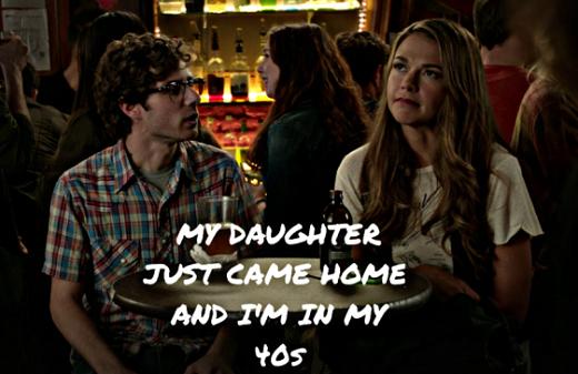 """Scène de la série """"Younger"""" où Liza l'héroïne mère de famille de 40 ans est abordé par un jeune dans un bar la prenant pour une fille dans sa vingtaine et s'enfuyant après qu'elle lui annonce son """"statut""""."""