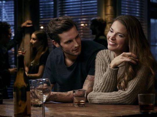 """Le couple """"controversé"""" de la série """"Younger"""": Liza (40 ans) et son petit ami Josh de 26 ans."""